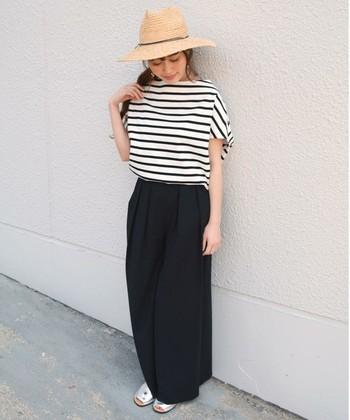 白×黒のモノトーンコーデは、すっきり大人っぽく見えるだけでなく、洗練された雰囲気になるので、おしゃれ度もさらにアップしますよ。