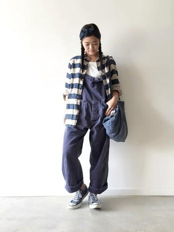 ブラウスやボタンダウンのシャツをアウターとして羽織ることも個性的でオシャレ度の高い着こなしができますよ。