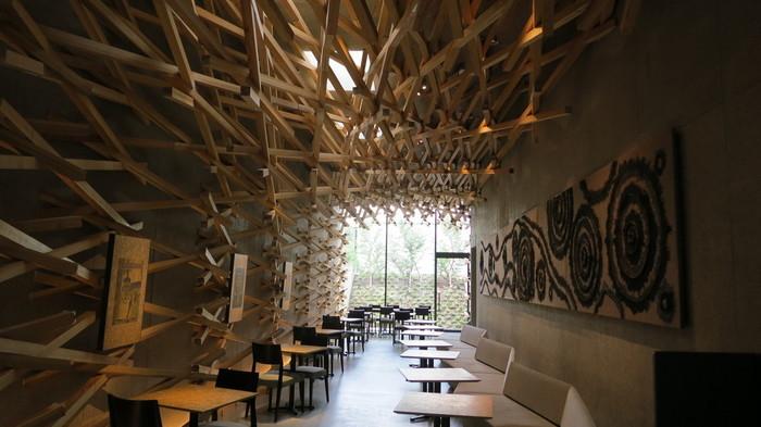 """木が見事に重なり合ったなんとも印象的なスターバックス。新国立競技場をデザインしたことで知られる建築家・隈研吾さんによって""""自然素材による伝統と現代の融合""""というテーマを基に作られました。太宰府天満宮の新名所として大人気となっています。"""