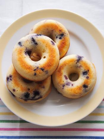 レモンとブルーベリー、ヨーグルトの爽やかな酸味と甘さが後を引くドーナッツ。甘いものはあんまり好きじゃないという人もさっぱりいただけそうです。マーブル状になったブルーベリーの見た目もかわいいですね。