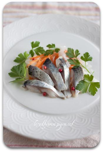 スウェーデン料理としても知られる「ニシンの酢漬け」。 パンやビール、ワインなどと一緒に♪