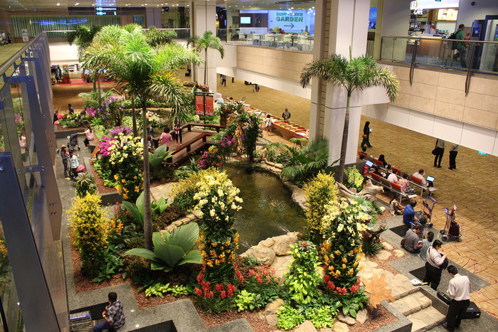 さらに機内だけでなく、乗り継ぐ時間さえも満喫できるのがシンガポールエアラインを利用するメリット。シンガポールの玄関であるチャンギ国際空港は、世界最多の受賞歴を誇る緑いっぱいの美しい場所なんです。