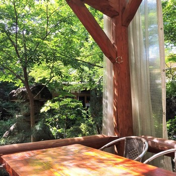 ウッドデッキでいただく、陽射しや自然の風を直に浴びながらのお食事はとっても贅沢です。