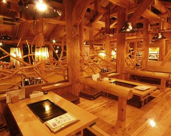 テーブル席、座敷席、掘りごたつ席など好みに合わせて様々なタイプの客席が用意されています。