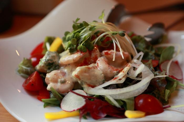 お好み焼き以外にも、上質なお肉や海鮮、新鮮野菜などの料理も楽しめます。