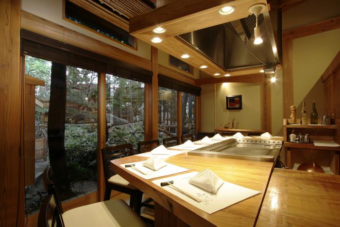 目の前でシェフが調理する鉄板焼きのスタイル。大きな窓から美しい日本庭園を眺めながらお食事ができます。 デートや接待にもぴったりのロケーションです。