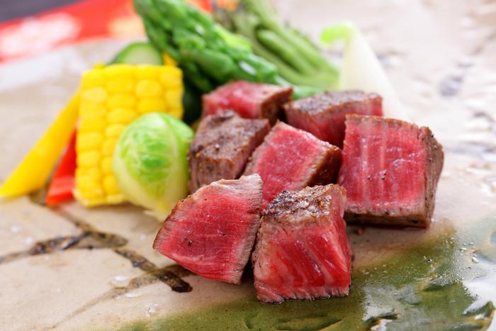 話題のドライエージング肉、最上級黒毛和牛などを使用し、新鮮野菜とともに提供されます。 目にも美しいお料理が人気です。