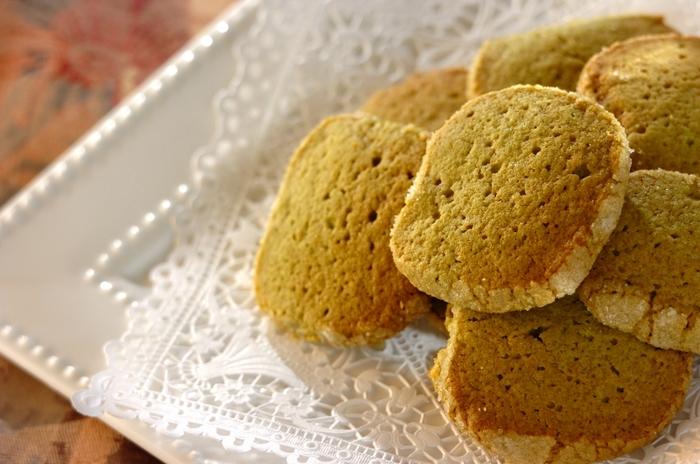 小麦粉の代わりに、グルテンフリーの米粉を使った抹茶クッキー。小麦粉に比べて、米粉はダマになりにくいので気楽につくれます。