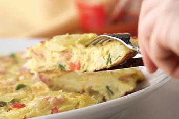 ジャガイモやお好みの野菜を卵液でまとめるスパニッシュオムレツは、彩りも良くなりお弁当が華やぎます。