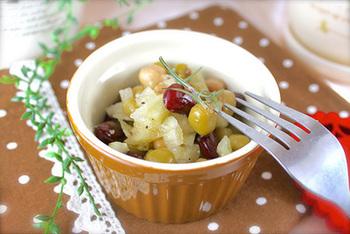 ミックスビーンズを使ったレシピ。お豆を水に戻すところから始めてもいいのですが、こちらは缶詰を使っているレシピです。だからお豆を煮込む手間はナシ。マリネ液に浸すだけでOKなので、常備菜にしておくと忙しい時に助かります。