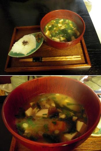 大ぶりの椀のつけられた味噌汁に、ご飯・西京焼き・香の物付いた『味噌汁セット』は、京都ならではの味噌料理が手軽に楽しめるお勧めのメニューです。西京漬けも香の物も大阪屋こうじ店特製の味噌を使っています。