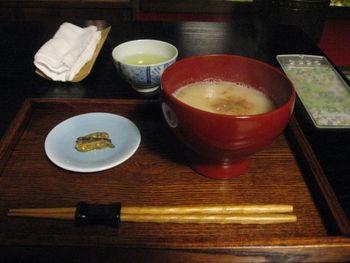 風情ある京町家カフェでは、抹茶セットや甘酒、味噌アイスクリーム等の甘味の他、味噌汁や雑煮が頂けます。 【画像は、上品な味わいで美味しいと評判の『白味噌雑煮』】