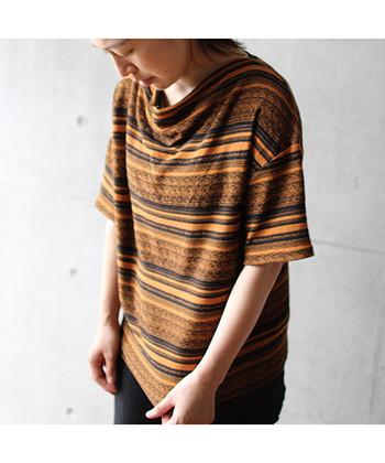 ちょっぴり珍しいエスニック柄のボーダーシャツです。所々ラインにラメを入れていたり、衿口のドレープでシルエットがきれいに見えるようにデザインされています。今季はエスニック柄もトレンドですよ。