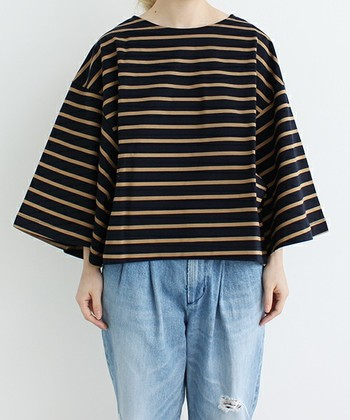 着物の振袖のようなボリュームのある袖も今季トレンドです。1枚で存在感のある着こなしが可能です。