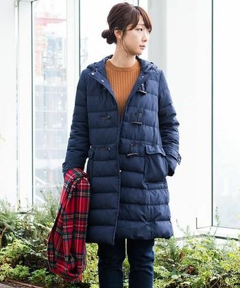 ダウンコートって防寒着というイメージがあるけれどダッフルコートデザインならよりオシャレに見せることができます。小物で工夫するのもポイント!