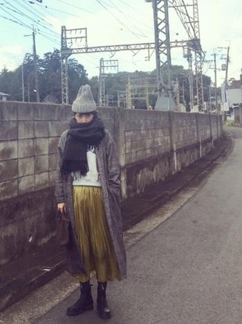 ダークトーンのアイテムでそろえ、イエローのプリーツスカートを主役にした素敵なコーデ。ロングのジャケットを合わせるとこなれ感が出ますね。
