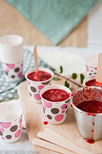 型を買いに行けなくても大丈夫!お家にあるプラカップや紙コップでも代用できますよ!製氷皿を使えば、かわいい一口サイズのアイスキャンディーだってできちゃいます♪  アイスの持ち手が無いシンプルな型や紙・プラカップを使う場合は、固める際に挿しこむスティックも忘れずに用意しましょう。