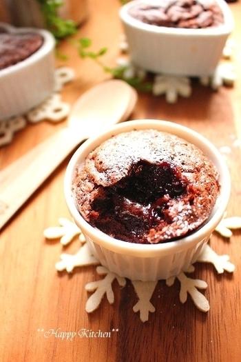 チョコを溶かして卵と薄力粉と混ぜオーブンで加熱するだけの、とっても簡単で濃厚、そして見た目も気品あふれるフォンダンショコラ。出来立てをスプーンですくうと、とろ~り生チョコが溶け出してとっても美味しい♪