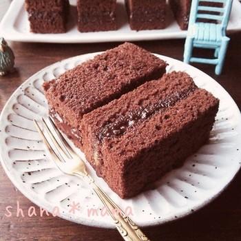 チョコのスポンジにチョコのガナッシュを挟んだ濃厚な生チョコサンド。チョコレートケーキより手軽でみんな大好きな味です。