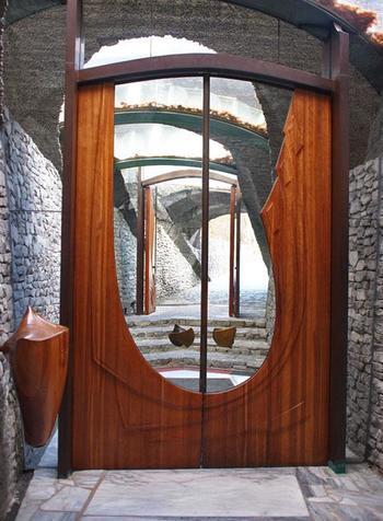 教会の建物内部への入り口はアーチ状のコンクリートとその間に挟みこまれたガラス、木製の扉で構成されています。 無骨な外観から想像するよりも遥に明るく、あたたかい雰囲気です。