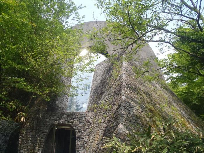 春、柔らかい陽射しが教会を照らす頃になると、まるで周りの木々と共に石が呼吸を始めたかのように輝き出します。