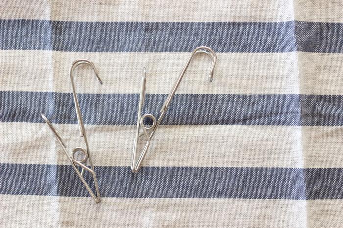ひっかける「フック」と、はさむ「クリップ」2つの役割が一つになったワイヤークリップ。水回りや収納まわりで大活躍の人気アイテム。お店では品切れのことも多いとか。