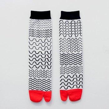 手描きのような波模様がかわいい靴下は、足袋型。 なんと、「Ninja socks」という名前が付いています。