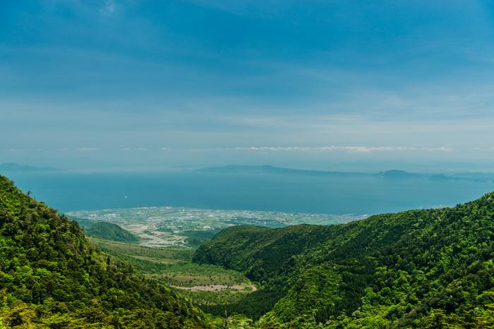 今行ってみたい都市、熊本県。九州ふっこう割などのキャンペーンもあって、今九州方面の旅が注目されています。もし旅に出かけたら、温かな海に囲まれた離島を訪れてみませんか? 本土と橋で繋がった天草諸島には美しい風景が広がっています。
