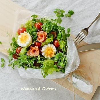 テーブルの上が途端に華やぐブーケサラダ。ゆで卵を飾り切りし、スモークサーモンやハムでバラを作って飾りつけましょう。