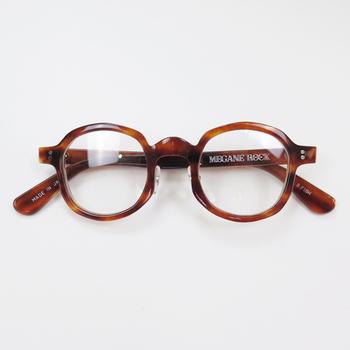 普段のオフィスよりも、ずっとカチッと見せたいときにメガネをかけてみてはいかがでしょうか。仕事のできる前向きな雰囲気を作ってくれるだけではなく、メガネの選び方次第では、お顔の印象も素敵に見せてくれます。