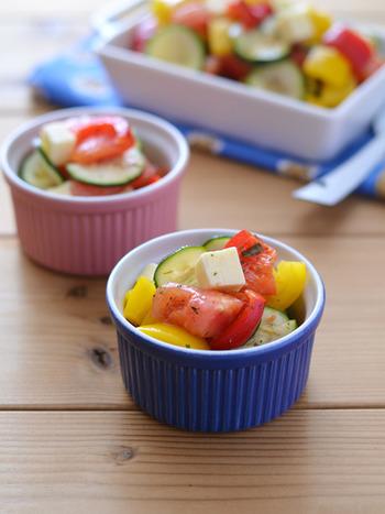 トマト、パプリカ、ズッキーニに、チーズが入った満足サラダ。彩りもキレイで、作り置きもOK!