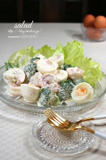 ゴロンと入ったゆで卵とブロッコリー、エビが魅力的な一品です。マヨネーズ、牛乳、酢でつくるクリーミーなドレッシングでをまとえば、まるでデリみたい!