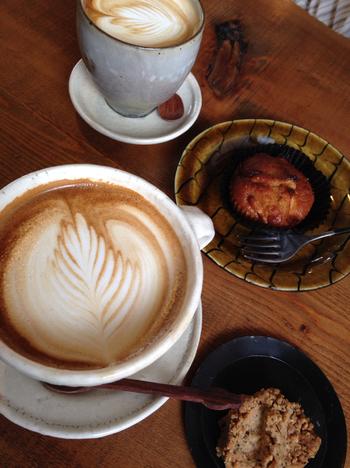 チーズケーキやマフィン、ドーナツにラテアートも可愛いカフェラテを合わせて。
