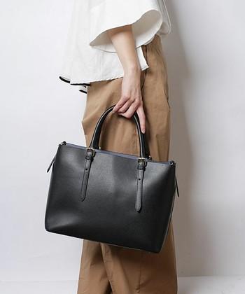 スクエア型のブラックレザーのバッグは、A4サイズの書類が入るものを選ぶと実用性も兼ねてビジネスシーンに最適です。キッチリ見せてもくれますし、オンにもオフにも使えるデザインや素材のアイテムを選んでみて下さいね。