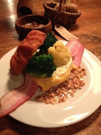 クルミドサンド。ベーコンとチーズ、ブロッコリーをかぼちゃマフィンでサンド。
