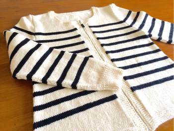 サッと羽織れるカーディガンが1枚あるととっても便利。少しパフスリープになっていて裾も広がっているので体が楽ですよ。ジップアップなので、授乳中のママにも嬉しい1枚ですね。