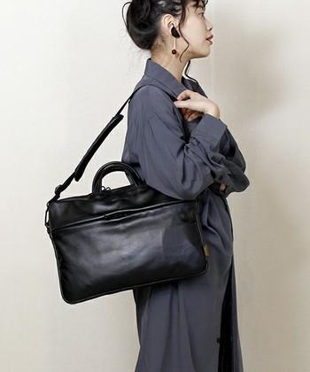 小ぶりでソリッドなビジネスバッグです。ブラックレザーの上品で場所を選ばない雰囲気は、どんなビジネスシーンにも似合います。
