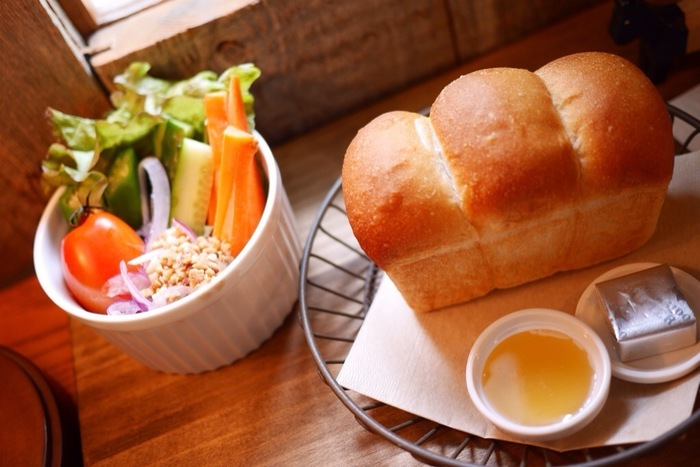 クルミドコーヒーのモーニングメニュー。7・8月限定だということです。パンの形がかわいいですね。