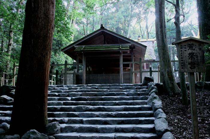 内宮でも、個人的なお願いは別宮である、荒祭宮で。 こちらの石段の途中には、「踏まぬ石」という石があります。 道の中央、「天」の字に見える割れ方をした石なんですよ。