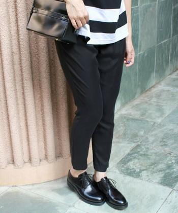 ブラックのドレスシューズは、かっちりとしたフォーマルにも、カジュアルなスタイリングにも幅広く合わせやすいアイテムです。