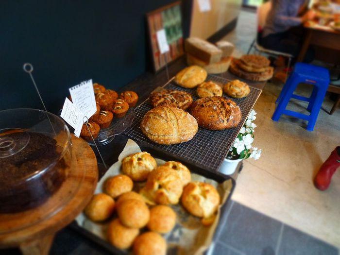 葉山で大人気だったカノムパンが2015年に鎌倉へ引っ越しをしてきました。そして、扇ヶ谷にあったcafe terre verte(テールベルト)と合併し、現在ではベーカリーカフェとして営業しています。お好みのパンとフルーツソーダをいただきながら、読書を楽しむのもいいかも◎