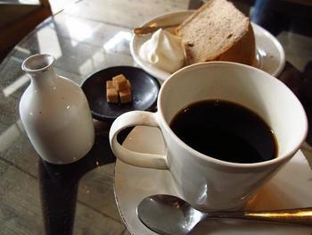 紅葉を楽しんだ後は、「喫茶ミンカ」へ。昭和初期の古民家を改装した店内には、アンティークの木製家具が並んでおり、ノスタルジックな雰囲気を演出しています。お店が自信をもって名づけた「おいしいコーヒー」を飲めば、心も体もほっこりします。