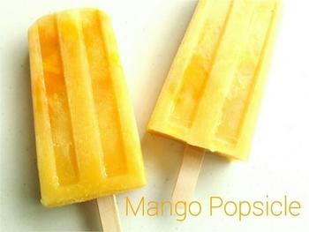 マンゴージュースに練乳でまろやかな甘みをプラス!角切りマンゴーと一緒に固めればマンゴーたっぷりのアイスキャンディーの完成です。練乳は混ざりやすく、火を使って溶かす必要がないので、手軽に作ることができますよ!