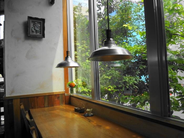 窓から、緑を眺めながら、木のぬくもりを感じられる癒しの空間で、のんびりとコーヒーを味わえます。
