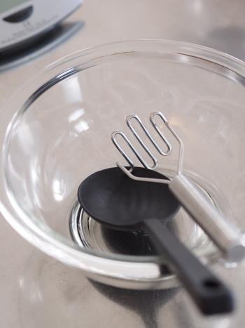 調理から盛りつけまでこれ1本でできちゃうシリコーンスプーンは、何本あっても役立つ一品。小型だけどしっかり潰せるマッシャーも頼りになります。