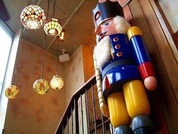 絵本の中で遊べるような、可愛い店内です。ドイツ製の大きなくるみ割り人形が置かれています。
