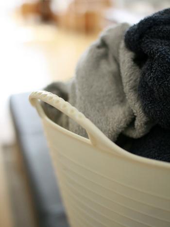 脱いだ服をそのまま洗濯機に入れたりしていませんか?  色別に分けるのはもちろん  1、ズボン、パーカーなど大きいもの 2、Tシャツ、カットソーなど、中くらいのもの 3、靴下、下着など小さいもの  と分けてあげると、ニットなどを間違って一緒に洗ってしまうのを防げますし、洗濯機をスムーズに回すことにも役立つんです。  縦型の洗濯機だと、洗濯機の下にプロペラみたいなのがついているので、1→3の順で入れると洗濯機の回転がスムーズになりますよ。