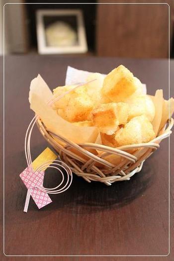 こちらはお餅をカットして揚げ、塩コショウして味付けをした関西風のひなあられです。甘いひなあられとは違って、大人にも評判のいいひなあられですね。