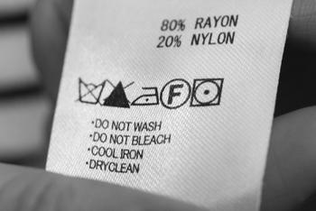 服の襟元や脇あたりについているタグ。 そこを良く見てみると、こんな表示がありますよね。 それぞれの服に記載されている取扱い絵表示を見て、洗濯機に入れて良いかを判断してください。