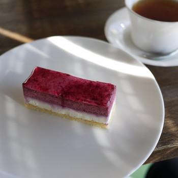 秋の景色をおなかいっぱい堪能したら、今度は本当のおなかを満たす番です。築70年の古民家を改築したカフェ「OKASHI 0467」で、優雅なティータイムはいかがでしょうか。カシスやピスタチオ、ライチなど、素材の風味を活かした手の込んだケーキが堪能できます。